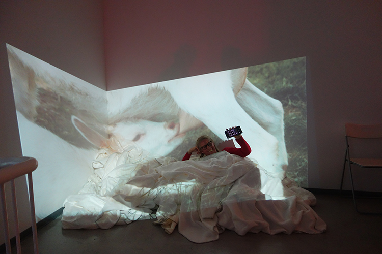 "Performance Astrid Hansen, Ausstellung ""be touched"""