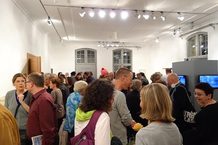 """Besucherinnen der Ausstellung """"Vom Vergehen"""", I"""