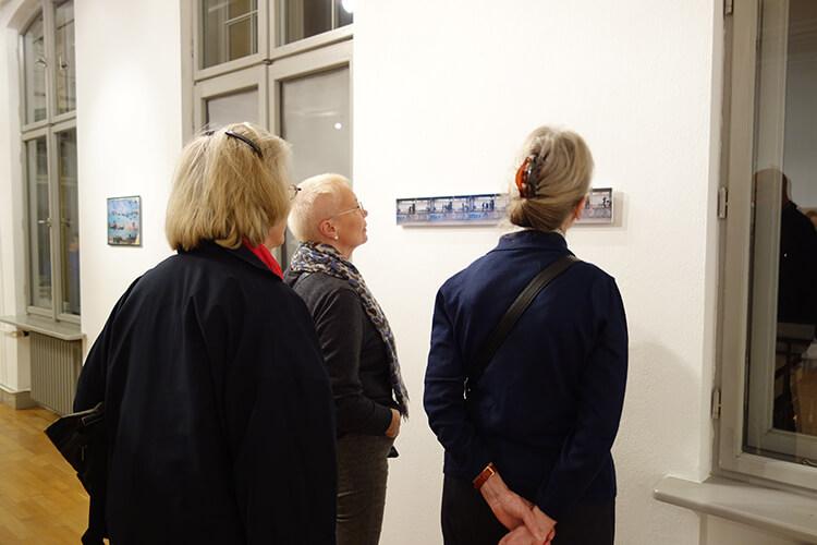 """Besucherinnen der Ausstellung """"Vom Vergehen"""", II"""