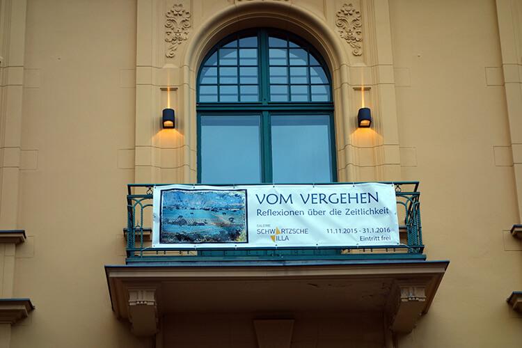 """Banner der Ausstellung """"Vom Vergehen"""""""