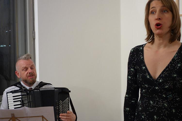 Dirk Rave (Akkordeon), Sophia Brickwell (Gesang)